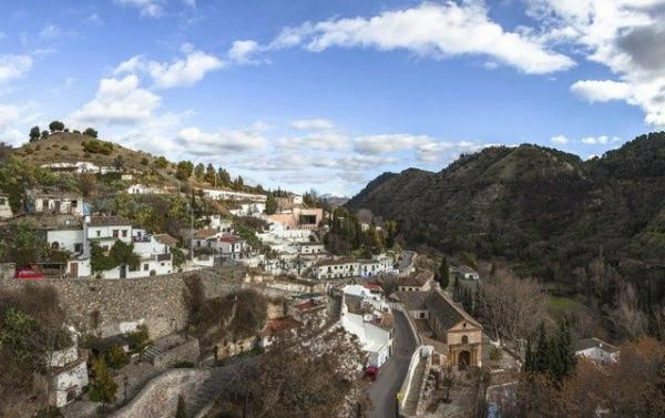 Albaicin and Sacromonte Walking Tour w/ Hop-on Hop-off Train