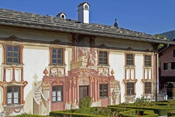 Linderhof Castle & Oberammergau Tour