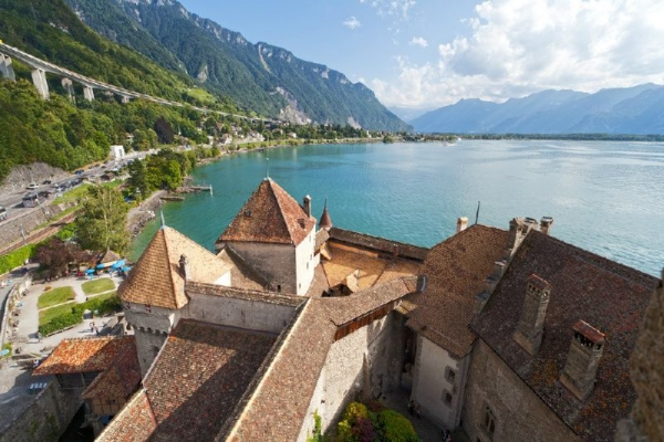 Chillon Castle Day Trip from Geneva: Winter Program**All Inclusive with Lavaux and Montreux Sightseeing**