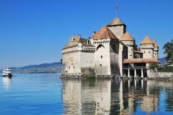 Chillon Castle Day Trip from Lausanne: Winter Program**All Inclusive with Sightseeing in Lavaux and Vevey**
