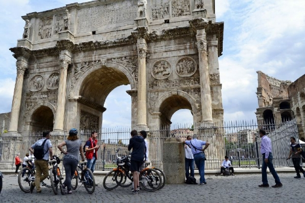 3-Hour Rome Bike Tour: Forum / Pantheon / Trevi Fountain / Colosseum