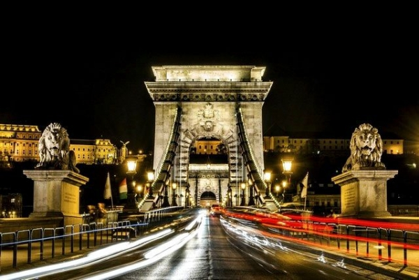 4-Hour Budapest Night Tour with Dinner and Folk Dance