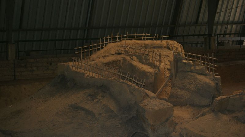 Archaeological tour of the maya city.